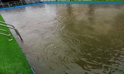 Nước khi cho hóa chất hồ bơi