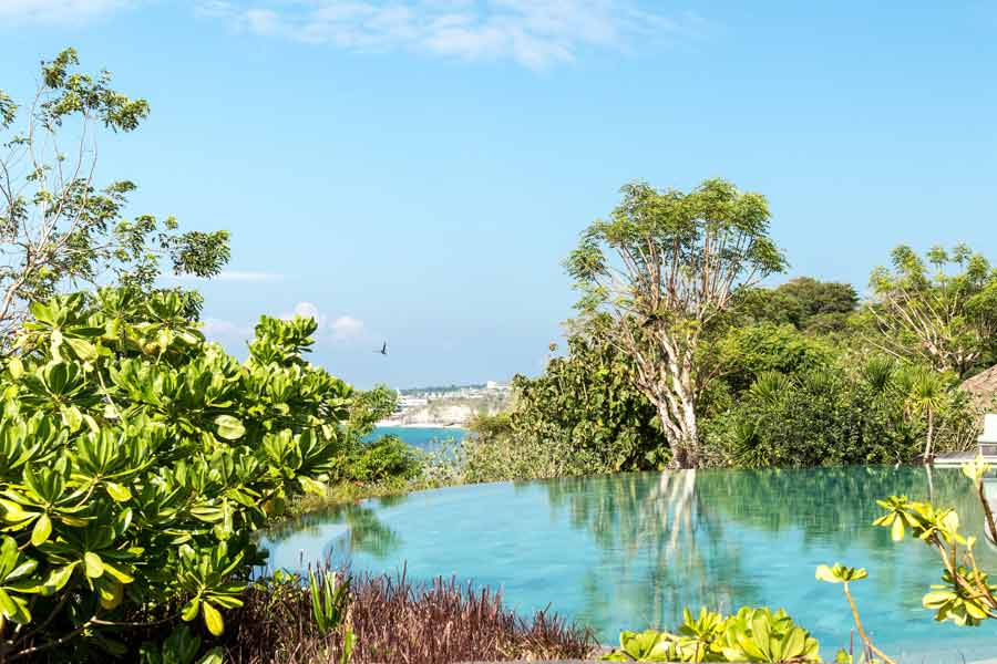 Hồ bơi chân mây hòa với tự nhiên